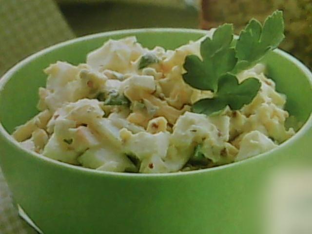 салат яичный с оливками